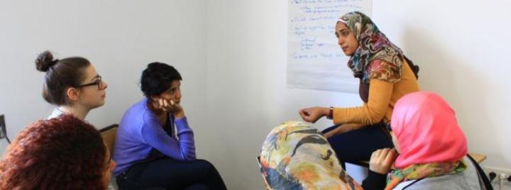 IUSD programs: students discussing. (c)